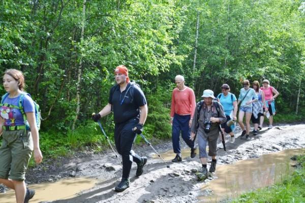 Люди разных возрастов практикуют ходьбу для преодоления дистации .