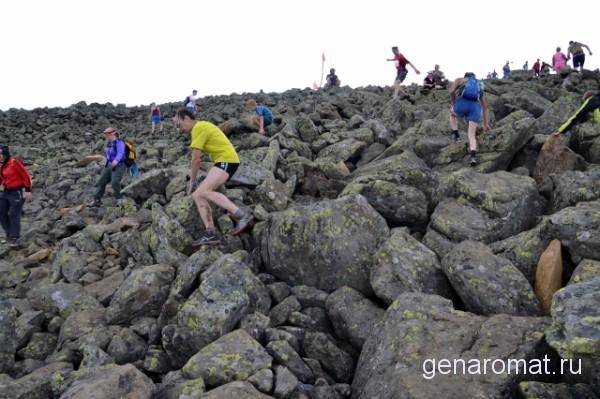 Склоны покрыты курумниками-каменными россыпями. Основные породы. это дуниты пироксениты и габбро.