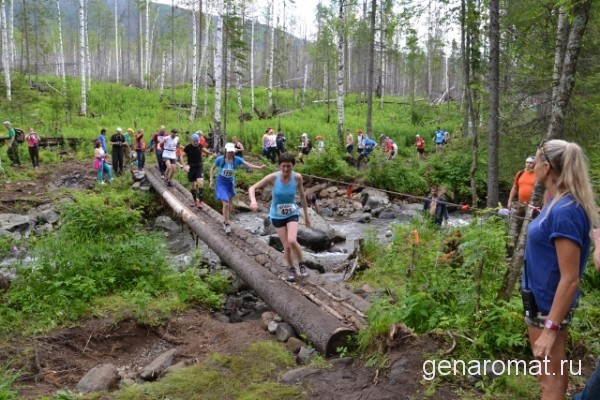 Переправа через речку Конжаковка участниками марафона