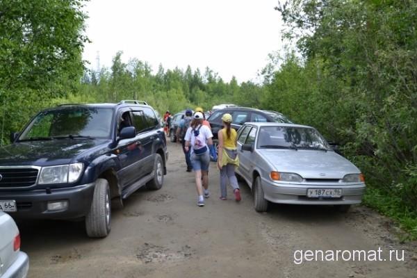 Это дорога Карпинск-Кытлым, ее пересекают участники марафона. а это машины на которых приехали зрители и участники марафона. Машин так много, что они растянулись гирляндой вдоль обочин на полтора километра, оставив узкий проход для самих участников.