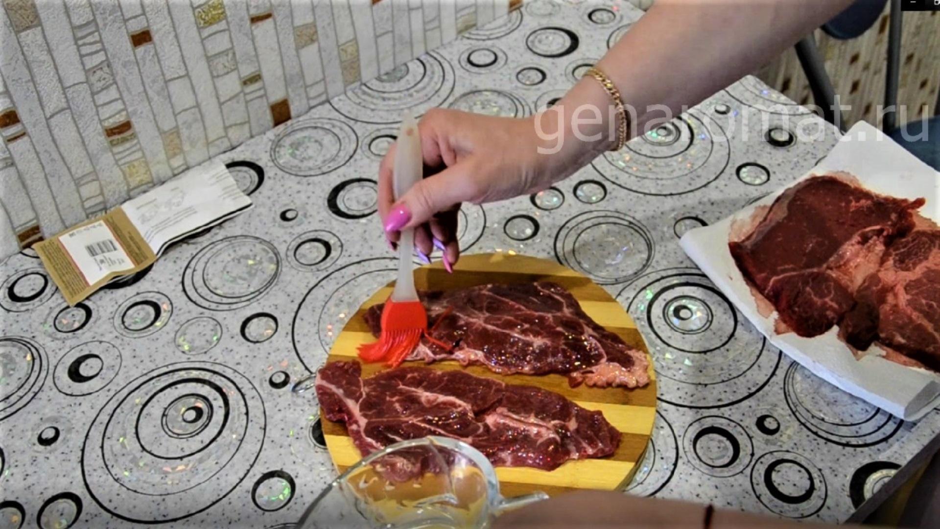 Смажьте стейк маслом